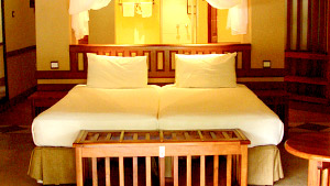 Chobe-Safari-Lodge-Bedroom.jpg (28 KB)
